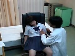 Sweet Oriental'in kurnaz bir doktoru iyice inceliyor.