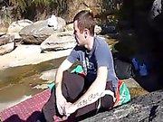 молодого парня давится на нагрузке спермы на берегу моря