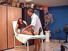 Mature brune francaise chez le docteur.
