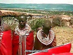 Oben ohne afrikanischen Girl Doing einen Tribal Dance ( 1970er Jahren Weinlese )