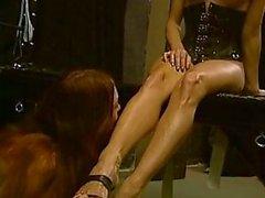Amante Stern com vista para dois escravos quentes em ação de BDSM