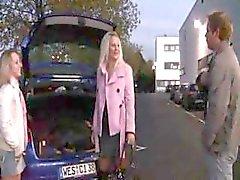 Kaksi saksalaista teens ovatparkkipaikalla julkisissa syöminen kukko