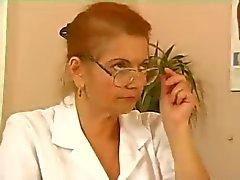 Granny läkare behöver ett knull