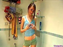 Söpö pieni titted brunette poseeraa kylpyhuoneessa