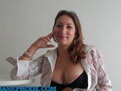 2 esittelijää kaada Charlotte de Castille.mp4