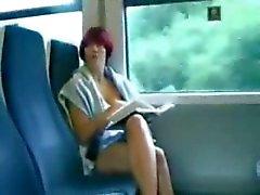 Mastrubating op de trein tijdens het lezen van een boek