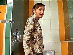 Erstaunlich knochigen nettes Mädchen auf Toiletten