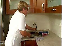 harige oma in de keuken geneukt