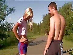 Outdoor flicka knullar offentligt