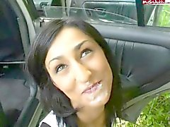 Tysk flicka röker efter att ansiktsbehandling av bilen