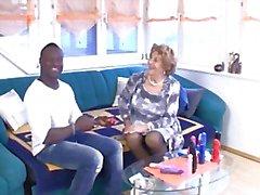 Duitse oma neemt het hard door een jonge zwarte man
