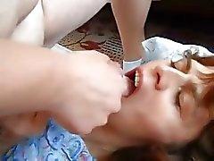 Femme consomme du sperme d'un ami alors que les films d' époux