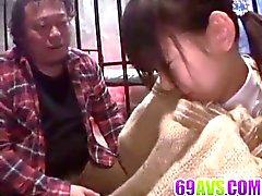 Minami Asaka léché et baisé dur par deux