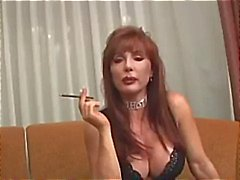 Forte poitrine mûre Vanessa a la fumée avant sa fume des son sexe