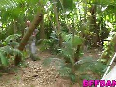Trois salopes teen baisent avec un mec chanceux sur un voyage de camping
