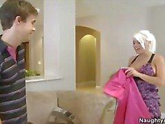 Hete blonde MILF bruid met grote tieten wordt geneukt door jonge pik en een gezichtsbehandeling