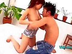 Procace Asian Girl di ottenere la figa Licked Seduti al suo ragazzo giocatore in letto in came