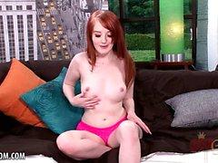 Cutie röda leder med co-ed remsor och gnuggar sig på soffan
