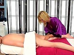 La masseuse frotte baisse enfant les lesbiennes