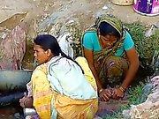 Village indien de de Fille ont espionné À cachées extérieur