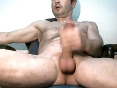 Pretty hunk jerking off for the webcam
