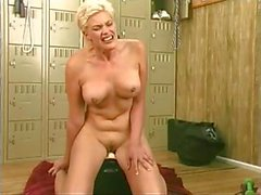 Blonde plantureuse roule à de Sybian et le a de grands des orgasmes