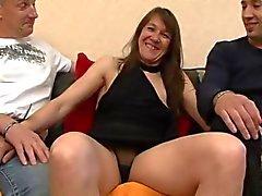 Trentenaire de Cassandra ass fucked devant la son copain