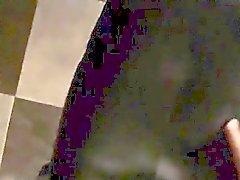 De vídeo Twink Se embarca mediante la que se en la cama , pateando el pantalón