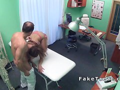 Petite busty hasta patlamış durumda hastanede