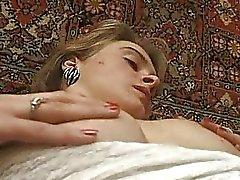 Blondi teini amatööri pitsi alusvaatteet saa hänen karvainen clit split sormeili