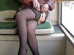 Ragazza che verifica sue calze un autobus