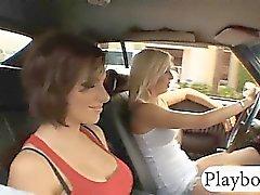 Deux grands sexy babes poitrines ont frappé au garage double
