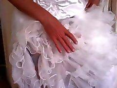 crossdress amusant de la mariée avec des gode noir