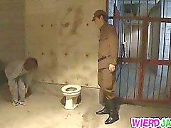 Herrlichen total Mütter Stripped von einem Offizier und saugt er weg