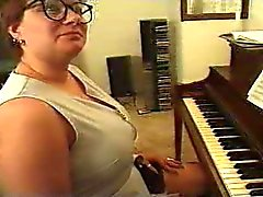 Chubby Aikuinen Plays Piano ... F70