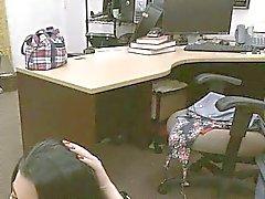 Wild Cuban Küken bumst zu Geld zurück in in mein Büro