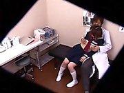 Pigtailed kız öğrenci parmak ve bangi azgın bir doktor var
