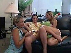 Three lystna samt ensam babes ge dig ut på ett spännande lesbisk äventyr
