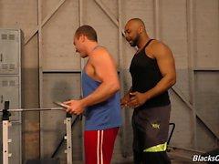Muscolare di white guy diventa nero in un gym