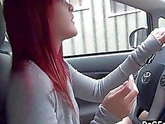 Punapää emo näyttää tissi auto