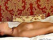 Zierliche 18jährige Mädchen ärgern sie sich die auf Bett