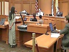 Hippy dei nudisti spoglia corso Udienza in tribunale
