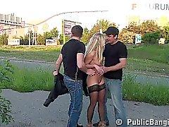 Блондинка девушка в общественных групповой секс оргий части 1