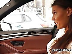Adolescente de seios grandes adquire Análise no automóvel
