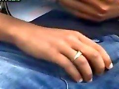 Арабский мальчик любит играть на со своей Динг Донг