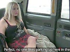 Водитель такси трахали распутная клиента на заднее сиденье