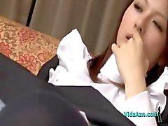 Maid får hennes håriga fitta fingered och slickas på soffan i sammanträdet Roo