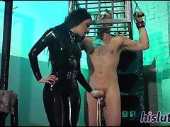 da dominatrice volgare si diverte con il il suo schiavo