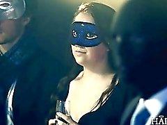 A Samantha belleza británica gangbang en hombres vestidos con trajes