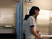 Petite chica japonesa tiene un chico nerd examinar a fondo